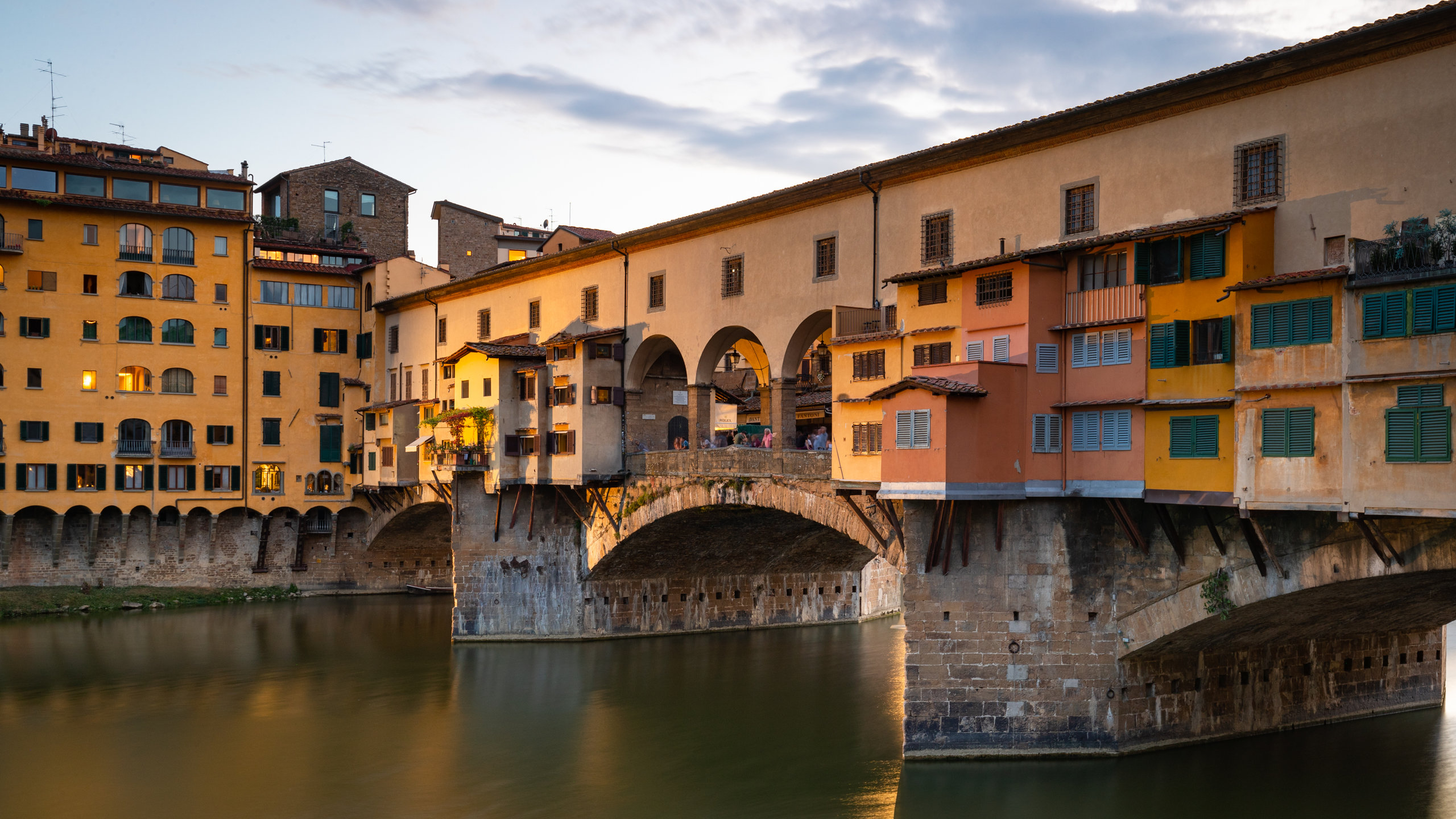 Ta en tur over Firenzes ikoniske bro, som ble spart av nazistene for sin skjønnhet, og som har vært et hjem for gullsmeder i mer enn fire århundrer.