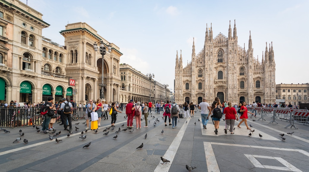 Piazza del Duomo showing a church or cathedral, street scenes and heritage architecture