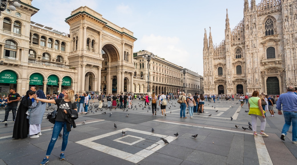 Piazza del Duomo showing street scenes, a church or cathedral and heritage architecture
