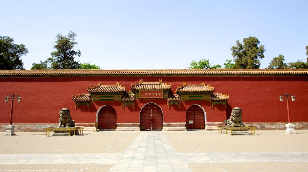 Parc Jingshan qui includes square ou place et statue ou sculpture