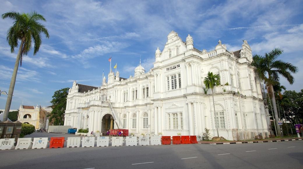檳城大會堂 设有 歷史建築 和 行政大樓