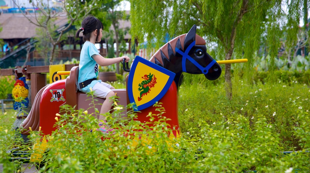 Johor Bahru có tính năng sân chơi và tàu lượn cũng như trẻ em