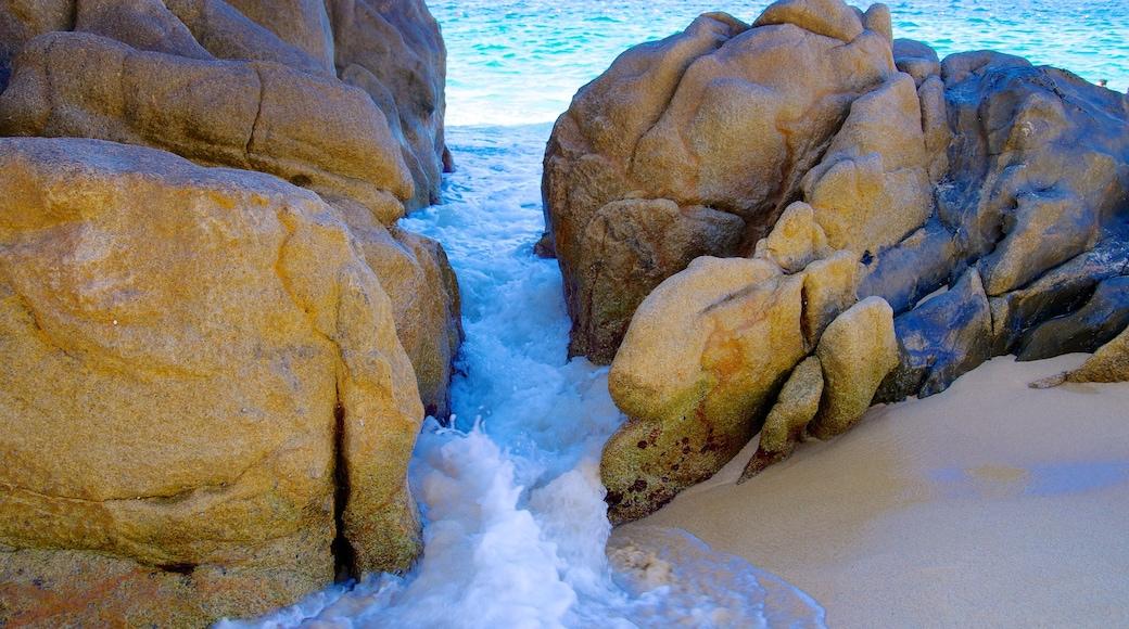 Lover\'s Beach mostrando litoral acidentado