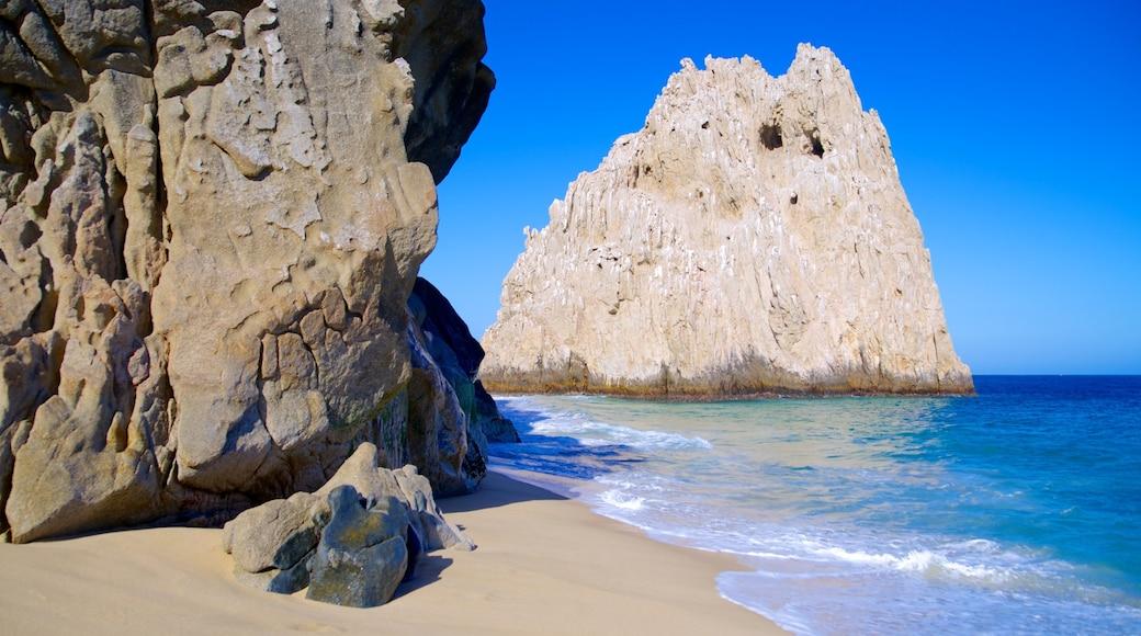Lover\'s Beach mostrando uma praia de areia e litoral rochoso