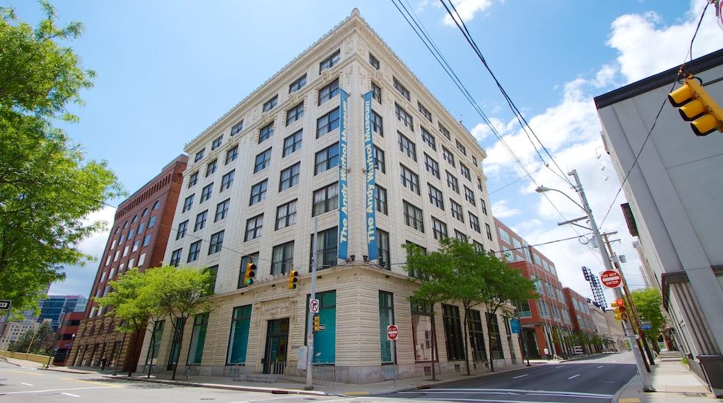 Andy Warhol Museum mostrando cenas de rua e uma cidade