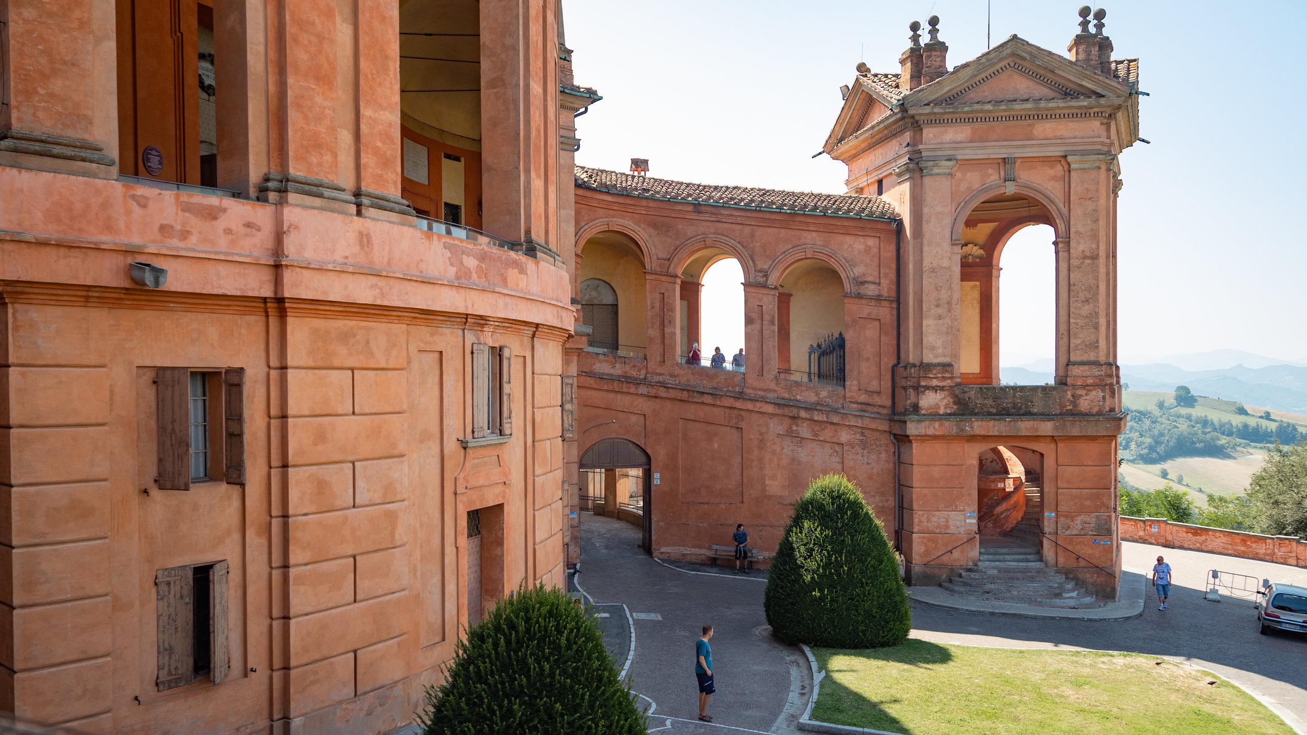 Percorrete il portico più lungo del mondo per raggiungere questa fantastica chiesa e ammirare alcuni dei panorami più belli di Bologna e della campagna circostante.