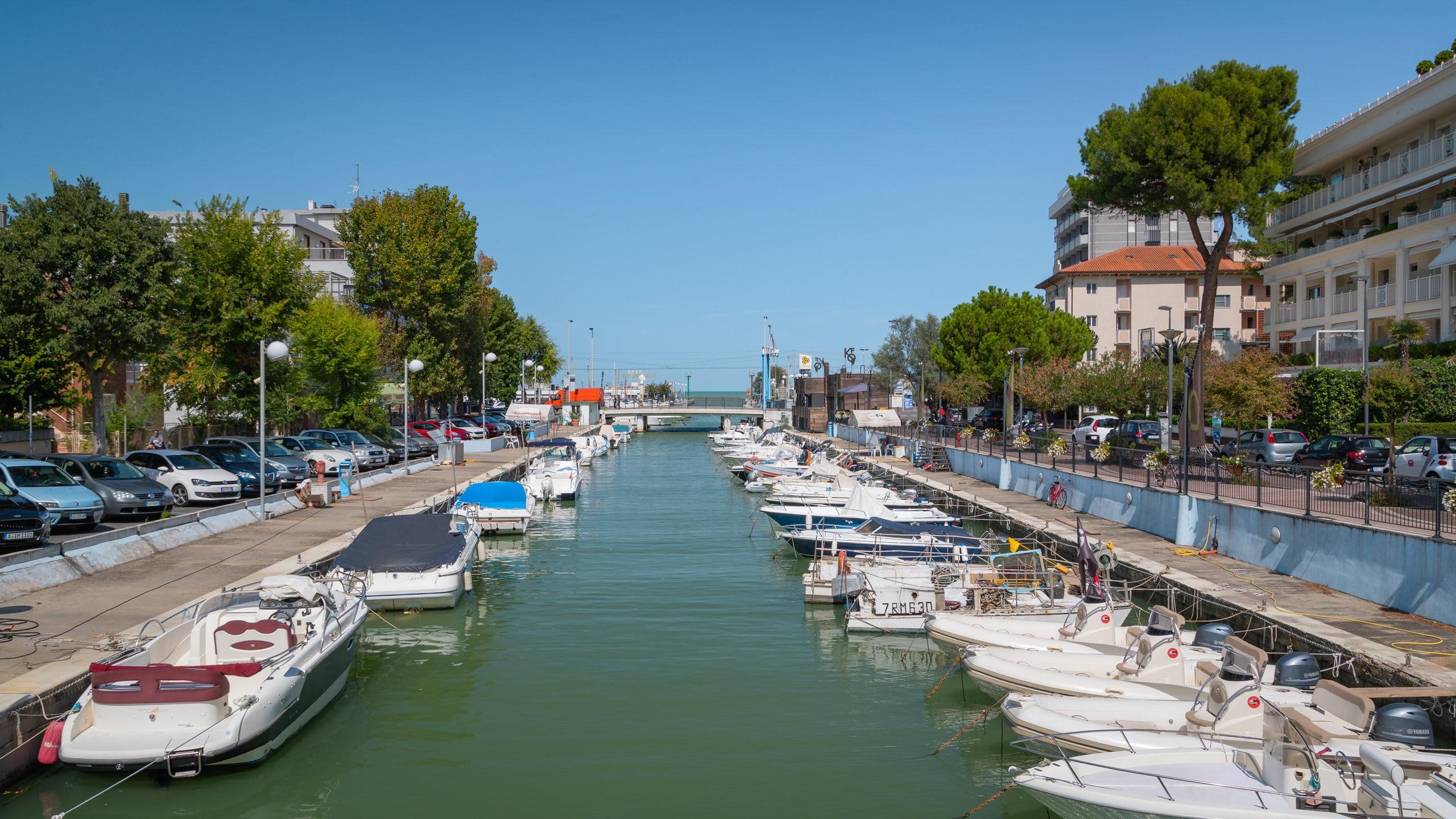 Su questa lunga e animata via a pochi minuti dal mare si affaccia un fantastico assortimento di negozi, ristoranti, bar e caffè.
