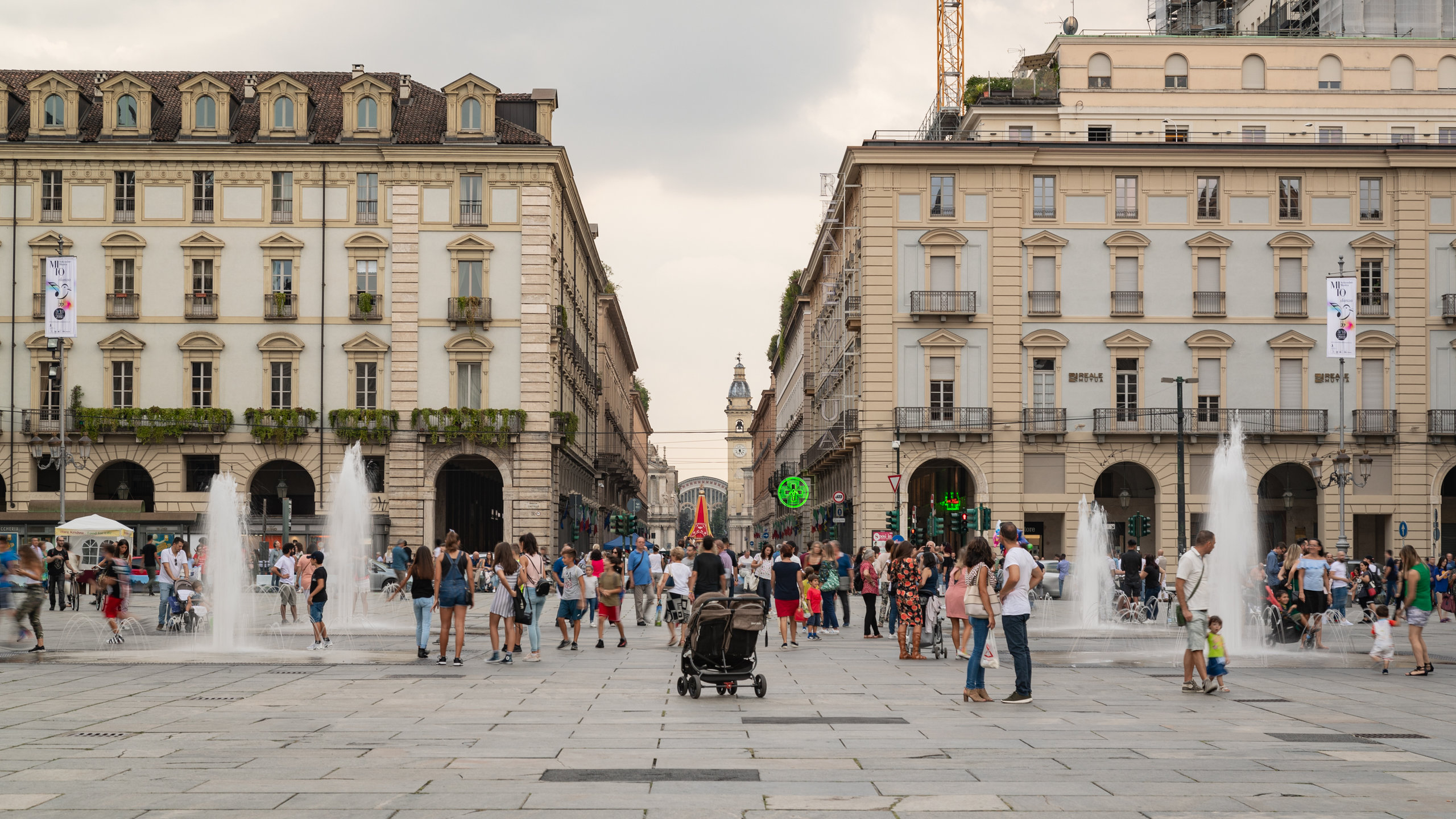Bakgrunnen til Torino kan du lære mer om hvis du besøker Piazza Castello. Området har shoppingmuligheter du bør oppleve under besøket.