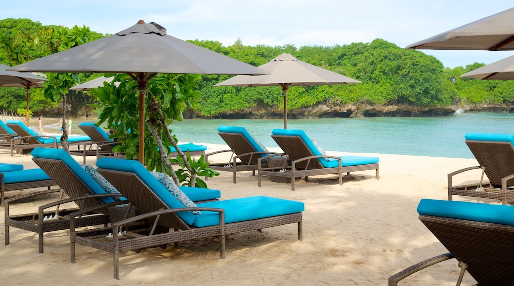 Nusa Dua Beach johon kuuluu ranta, trooppiset näkymät ja luksushotelli tai lomakeskus