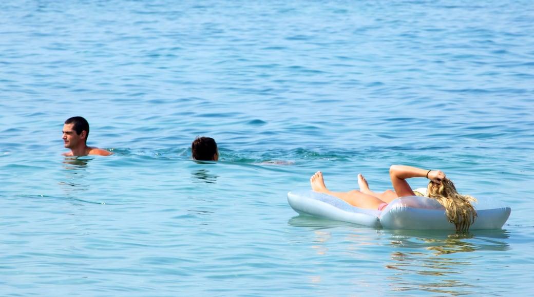 Segara Beach mettant en vedette vagues et baignade aussi bien que petit groupe de personnes