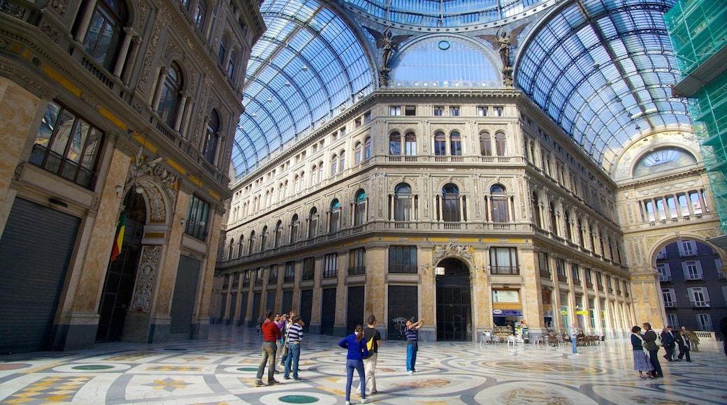 Galleria Umberto mostrando vistas interiores y también un gran grupo de personas