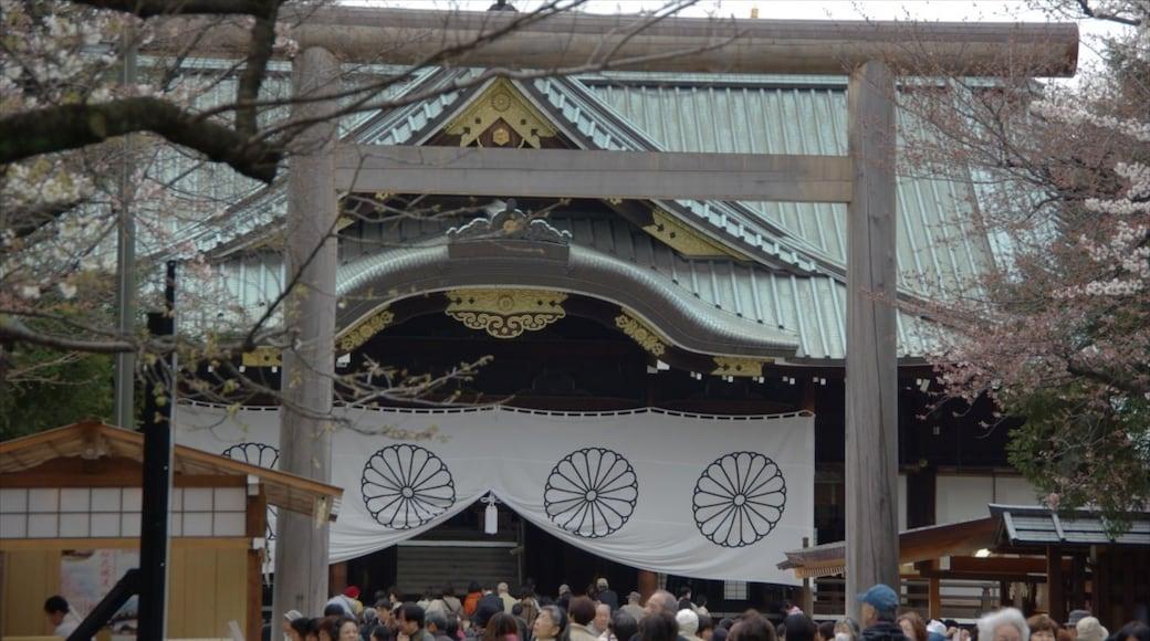 靖國神社 其中包括 廟宇或禮拜堂 以及 一大群人