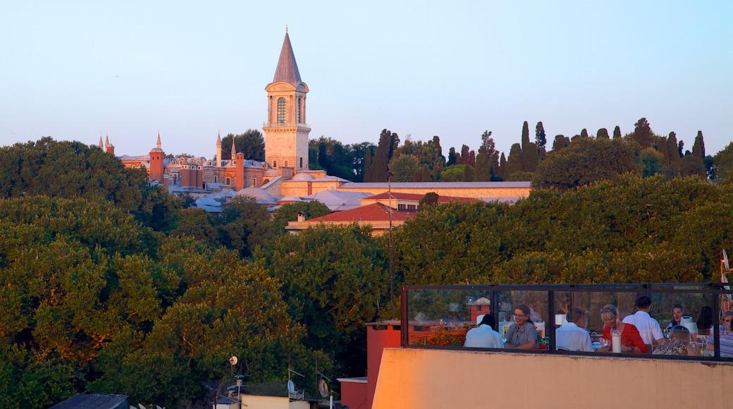 Palácio de Topkapi mostrando uma cidade