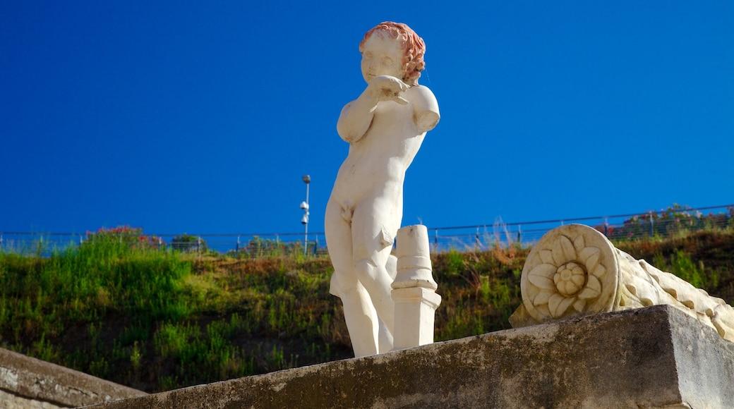 Ercolano che include oggetti d\'epoca e statua o scultura