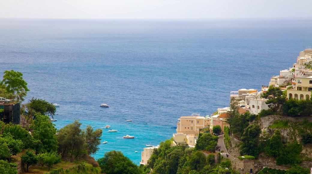 Positano qui includes vues littorales, ville et montagnes