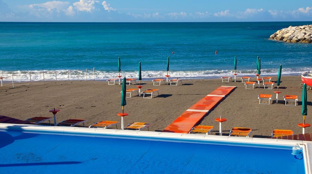 Maiori showing a sandy beach