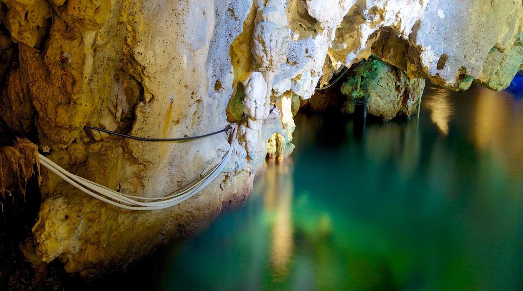 Grotta Smeralda che include costa frastagliata e grotte