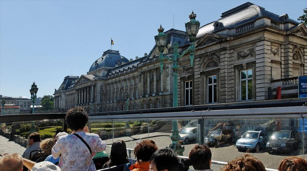 Koninklijk paleis van Brussel toont kasteel of paleis, historische architectuur en een overheidsgebouw
