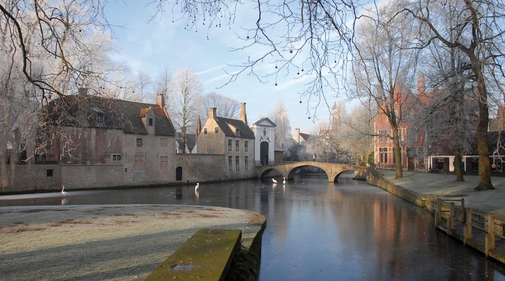 Begijnhof mettant en vedette rivière ou ruisseau et petite ville ou village
