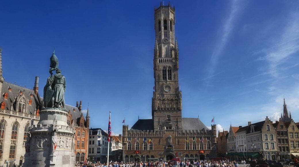 Belfort van Brugge toont een stad en historische architectuur en ook een grote groep mensen