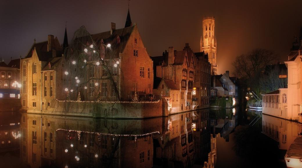 Bruges qui includes brume ou brouillard, scènes de nuit et rivière ou ruisseau