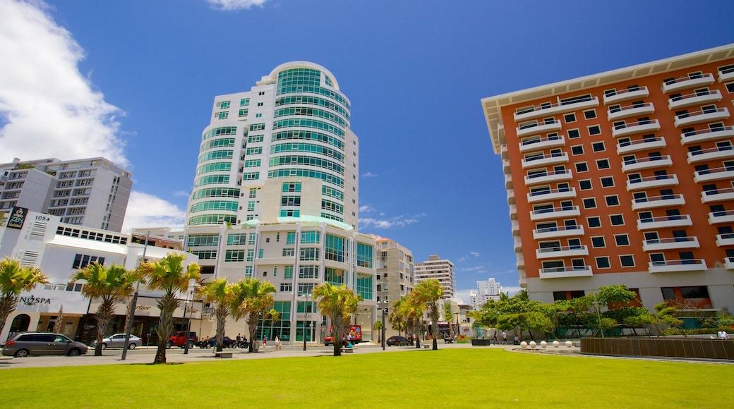 Praia Condado mostrando cenas tropicais e uma cidade