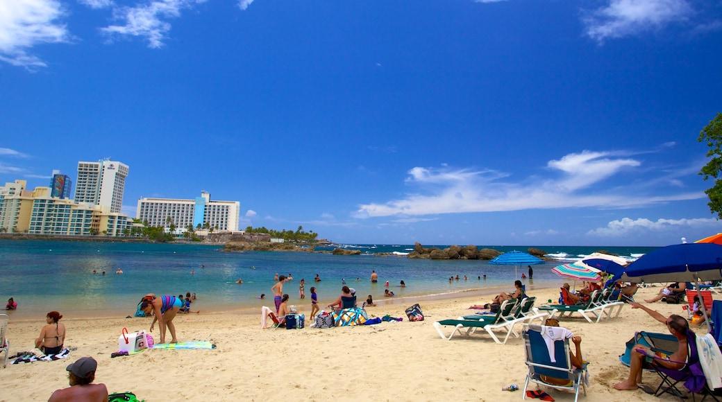 Praia Condado caracterizando uma praia assim como um grande grupo de pessoas