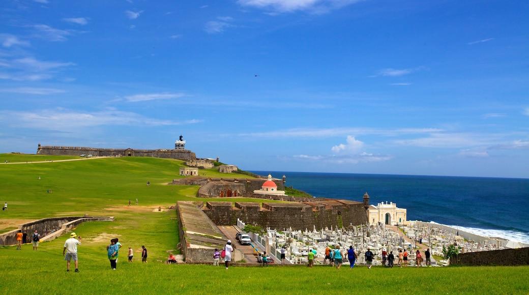 Castillo San Felipe del Morro mostrando um cemitério, elementos de patrimônio e paisagens litorâneas