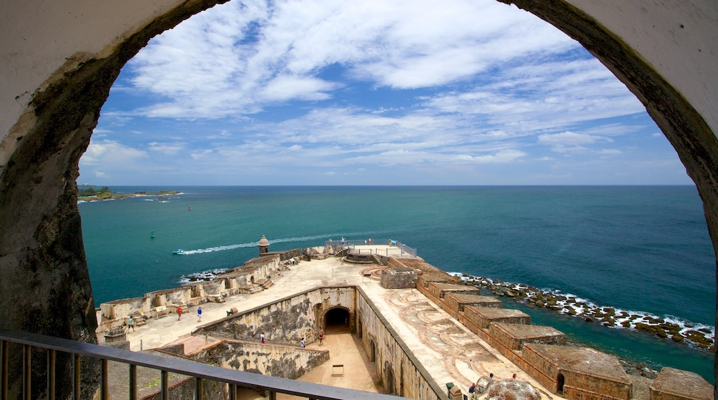 Castillo San Felipe del Morro mostrando paisagens litorâneas e elementos de patrimônio