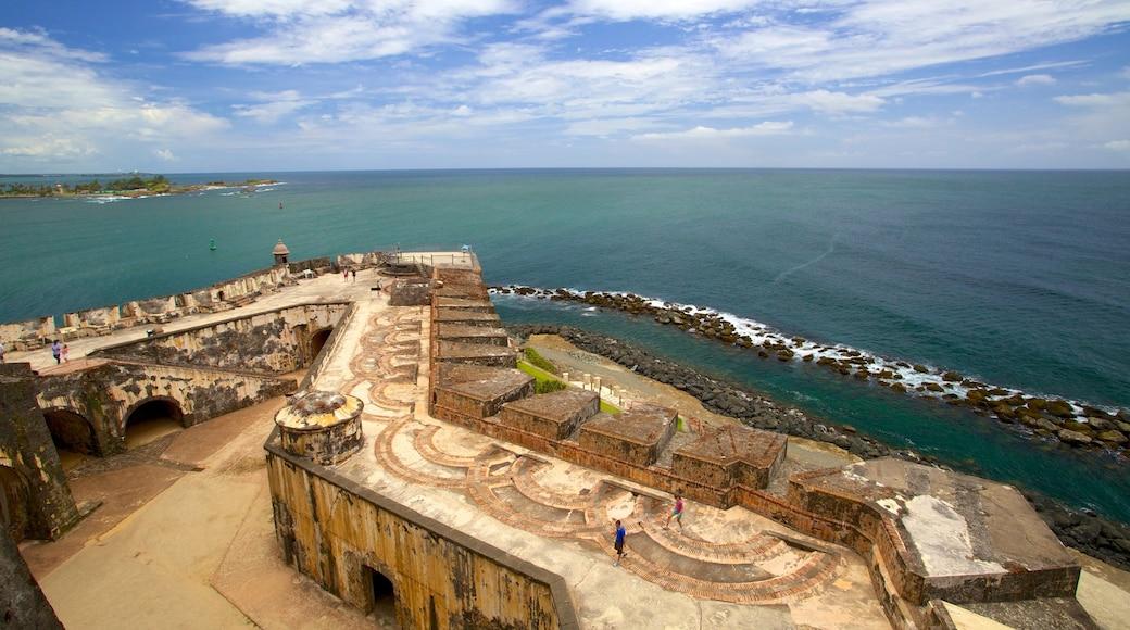 Castillo San Felipe del Morro mostrando litoral acidentado e elementos de patrimônio