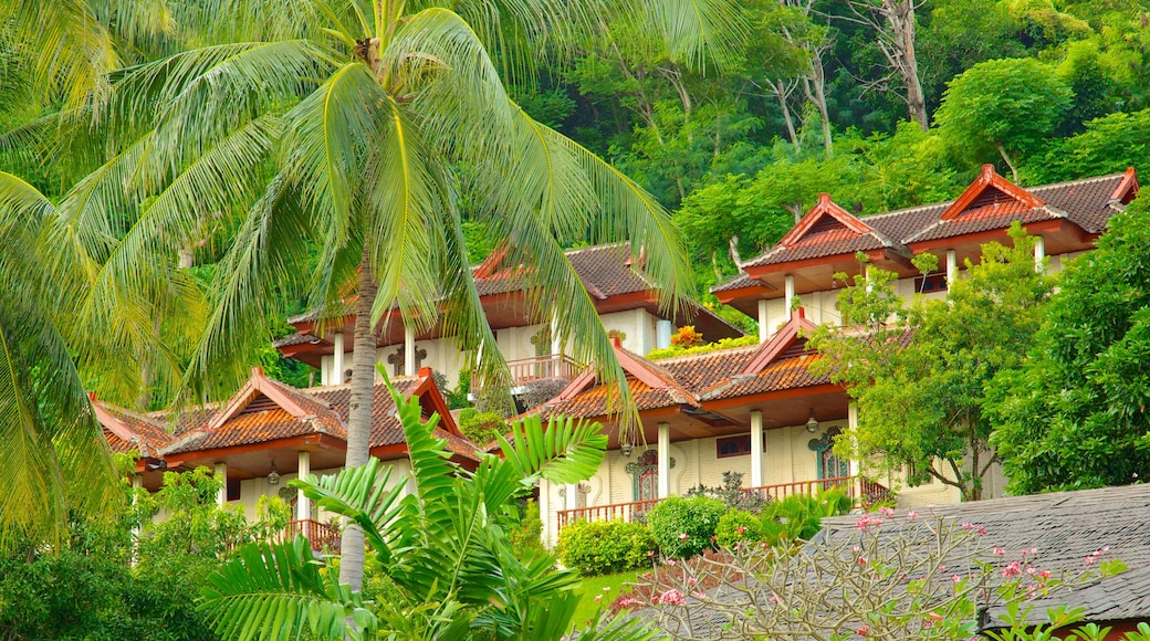 Senggigi showing heritage architecture, a house and tropical scenes