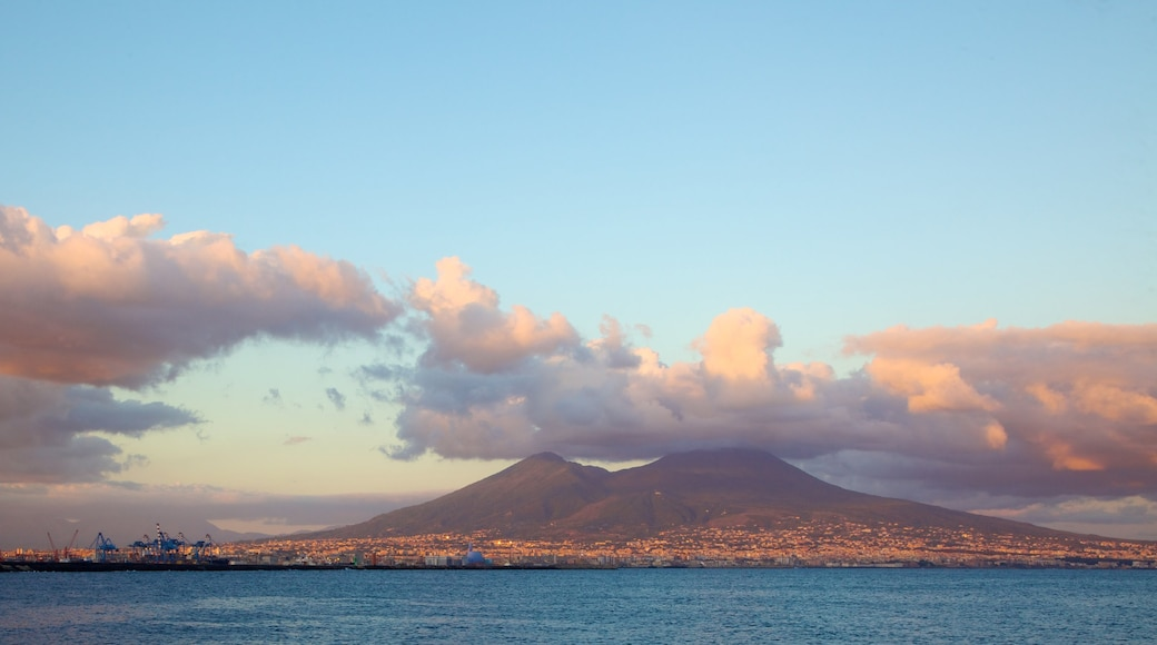 Monte Vesubio - Pompeya que incluye vistas de una costa y montañas