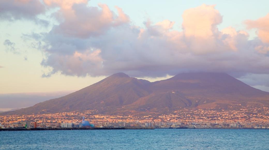 Vesuv – Pompeji welches beinhaltet allgemeine Küstenansicht, Stadt und Berge