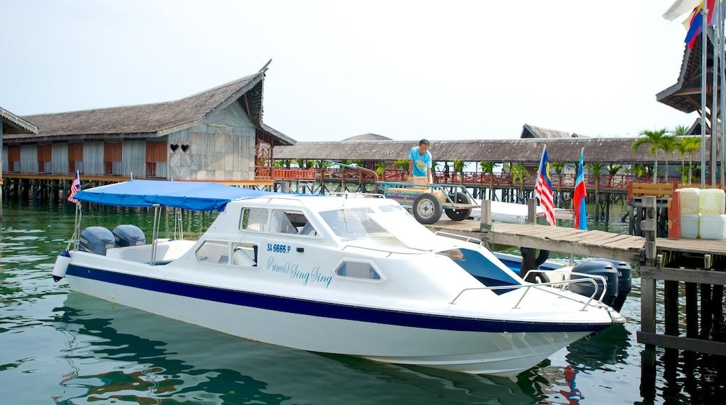 Tun Sakaran Marine Park das einen Küstenort und Bootfahren
