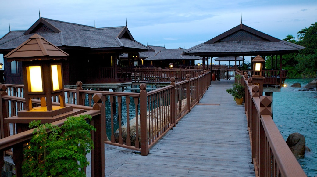 Pangkor Laut ซึ่งรวมถึง ชายฝั่งทะเล, โรงแรมหรือรีสอร์ทหรู และ วิวกลางคืน