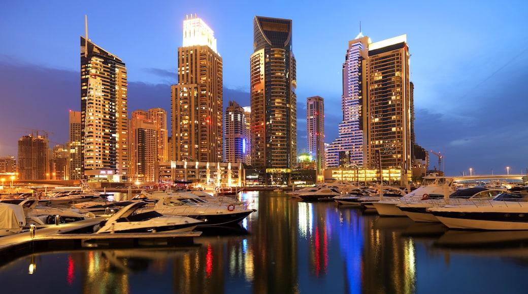 Porticciolo turistico di Dubai che include centro, paesaggio notturno e giro in barca