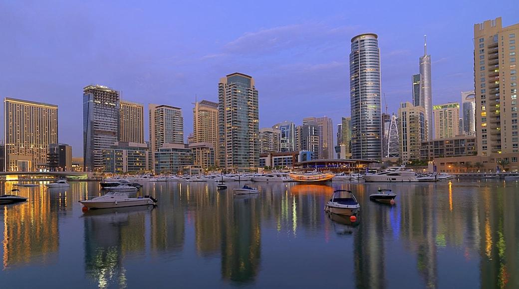 Porticciolo turistico di Dubai caratteristiche di paesaggio notturno, vista della città e skyline