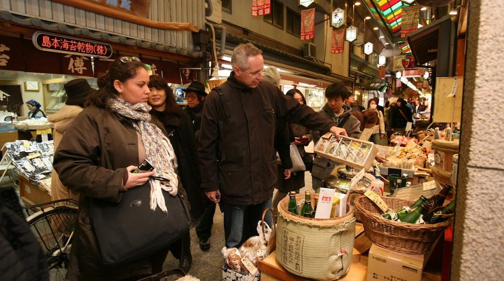 錦市場 其中包括 街道景色 和 市場 以及 一大群人