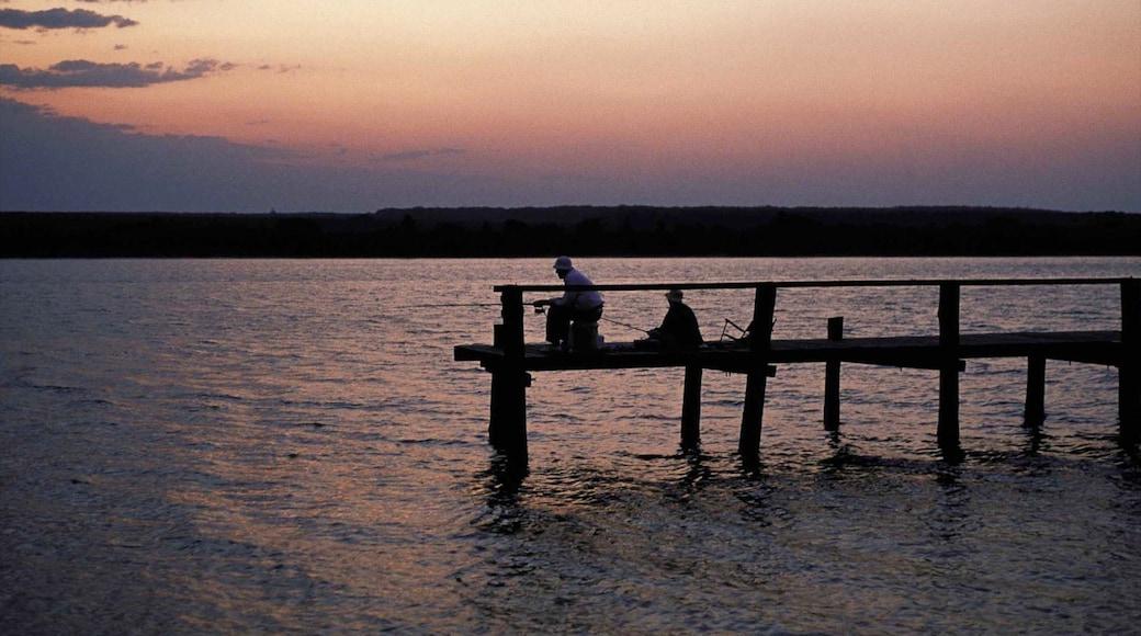St. Lucia Wetland Heritage Park and Estuary mit einem See oder Wasserstelle, Angeln und Sonnenuntergang