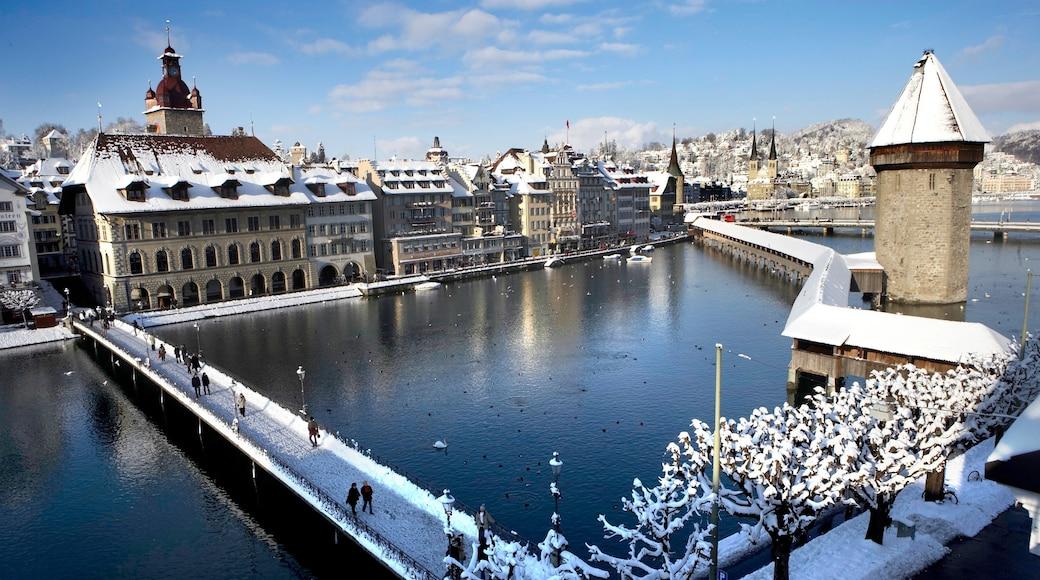Pont de Lucerne mettant en vedette ville, pont et rivière ou ruisseau