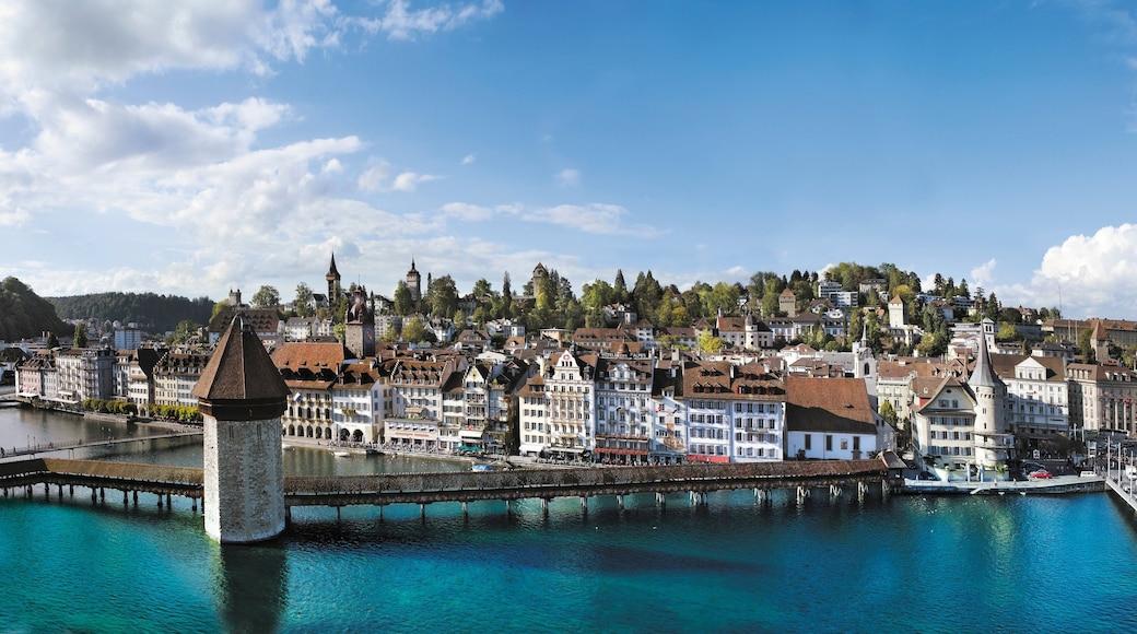 Pont de Lucerne qui includes patrimoine architectural, panoramas et rivière ou ruisseau
