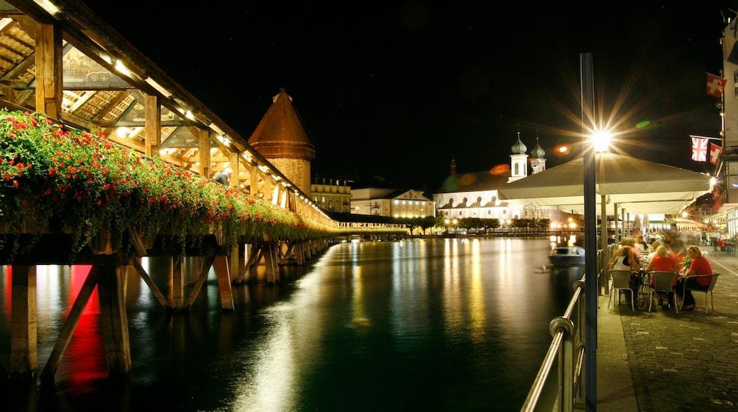 Pont de Lucerne mettant en vedette ville, pont et sortie au restaurant