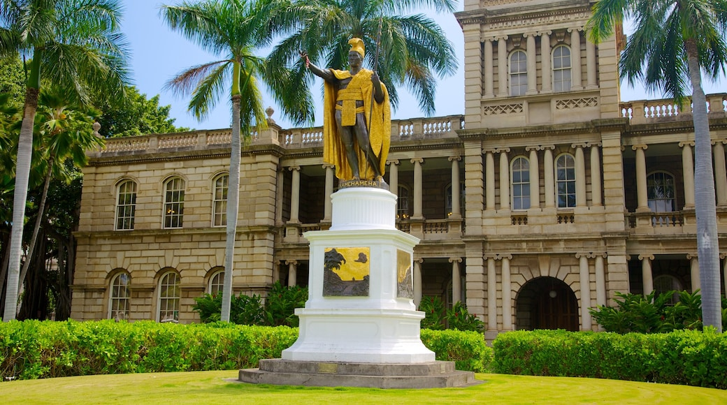Iolani Palace showing heritage architecture, a castle and tropical scenes