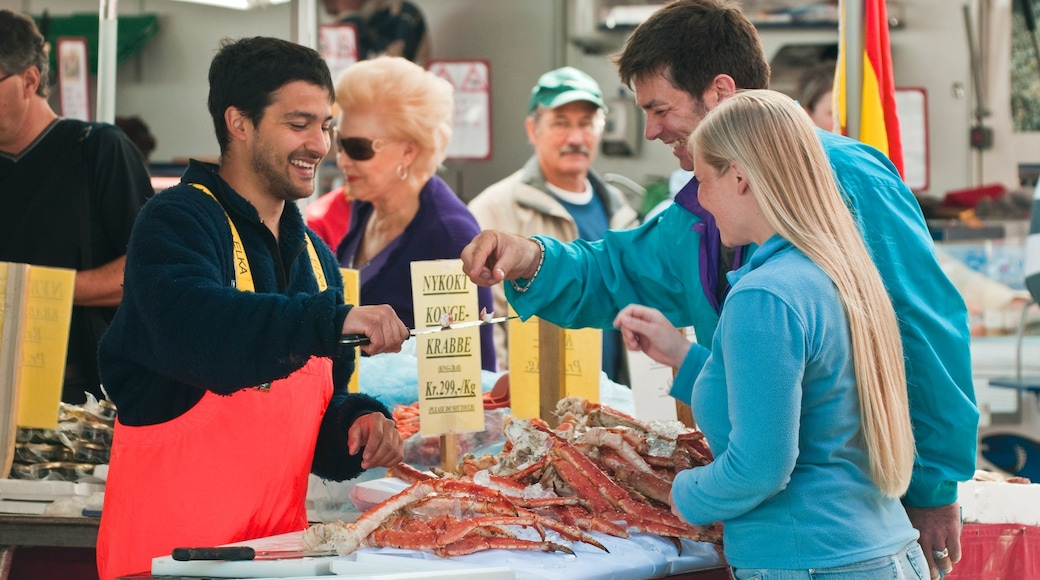 托爾格鮮魚市場 呈现出 市場 和 食物 以及 一小群人