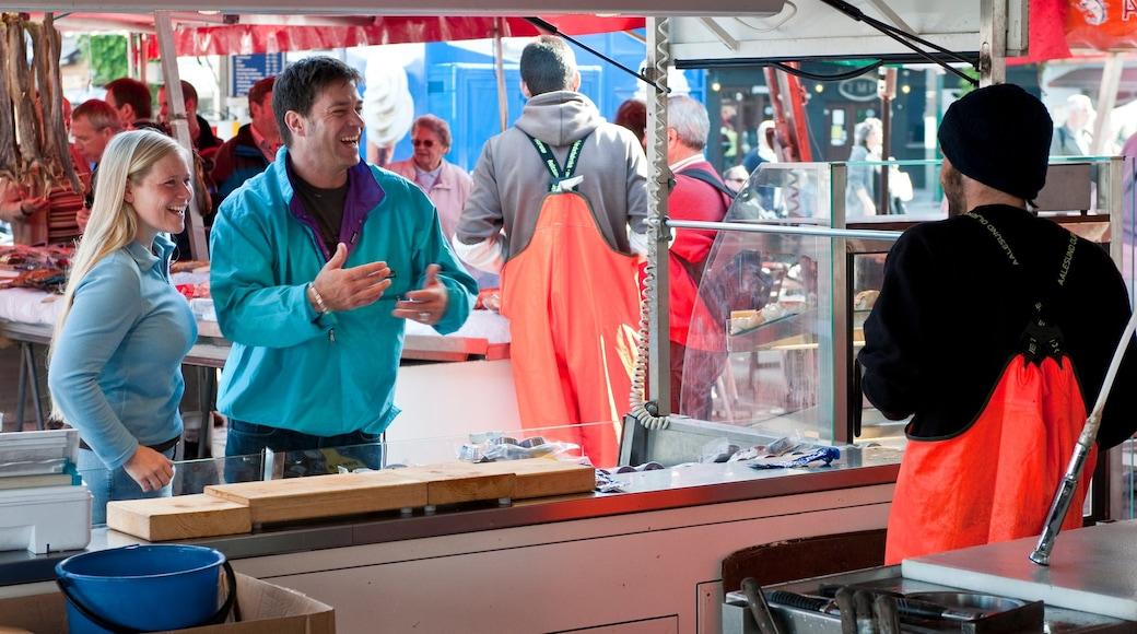 托爾格鮮魚市場 设有 市場 以及 一小群人