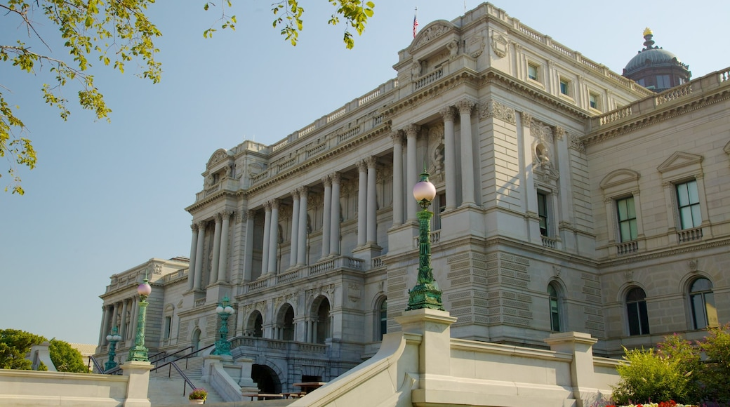 United States Capitol which includes heritage architecture, a city and an administrative buidling