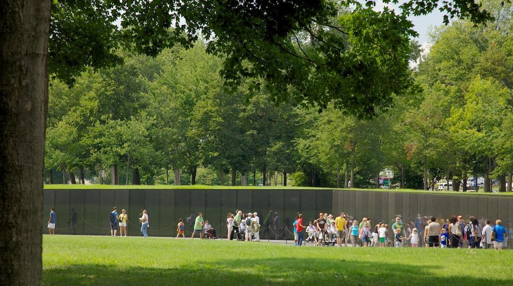 Monumento a los Veteranos de Vietnam que incluye un monumento conmemorativo y un parque y también un grupo grande de personas