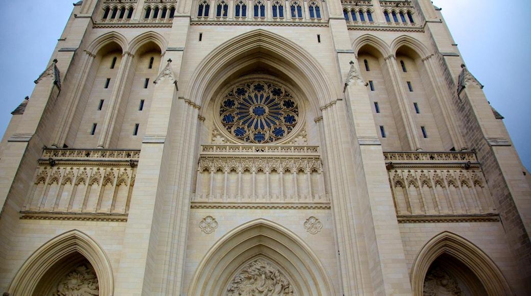 Catedral Nacional de Washington mostrando arquitectura patrimonial, una iglesia o catedral y aspectos religiosos
