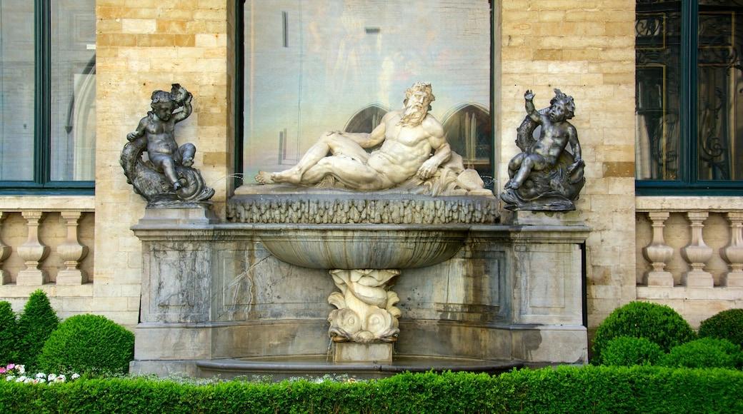La Grand Place das einen Statue oder Skulptur