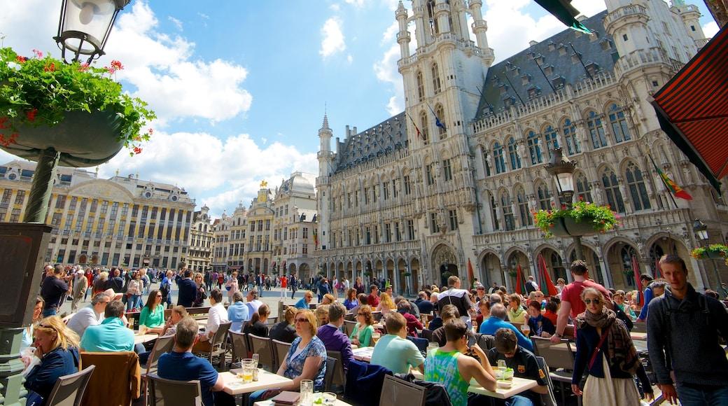 La Grand Place das einen historische Architektur, Straßenszenen und Platz oder Plaza